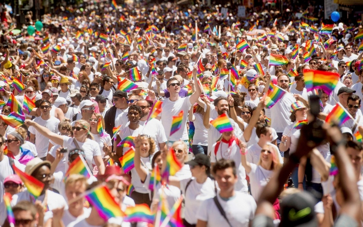 Apple employees carry rainbow flags as they march in the San Francisco Gay Pride Festival in California June 29, 2014. Thousands of Apple employees donned specially designed T shirts at the festival and marched in unison. This year's turnout was largest in the company's history, several Apple employees told Reuters.    REUTERS/Noah Berger (UNITED STATES - Tags: SOCIETY SCIENCE TECHNOLOGY BUSINESS TPX IMAGES OF THE DAY)